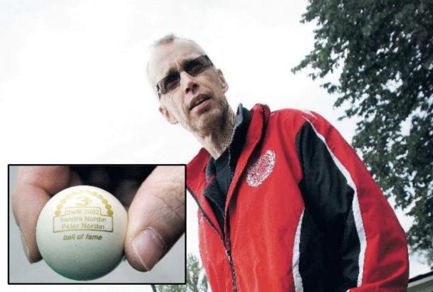 """Peter Nordin och en inklippta bild på en golfboll med texten: """"Sandra Nordin, Peter Nordin, Ball of fame"""""""