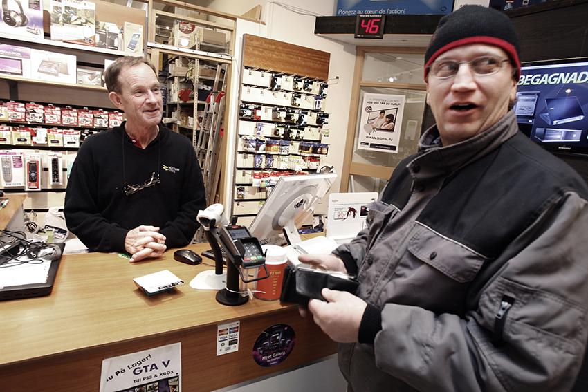 Två personer i en butik