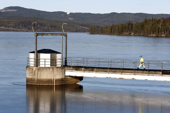 Här i dammen vid kraftverket i Höljes befaras den 38-årige kranbilsföraren ha omkommit. Foto: Tomas Nyberg
