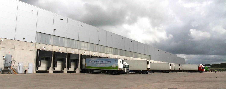 Lastbilar utanför en byggnad