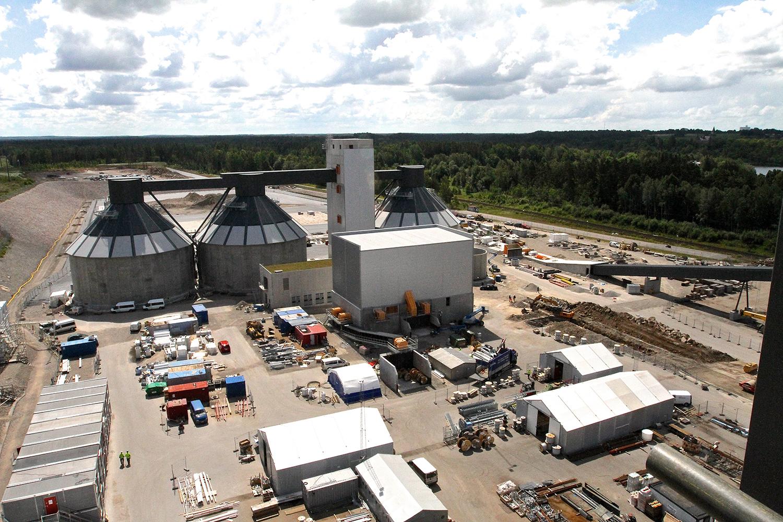 Flis och annat biobränsle levereras av långtradare, töms i stora fack och hamnar i de tre bränslesilosarna. FOTO: LEIF GÖBEL