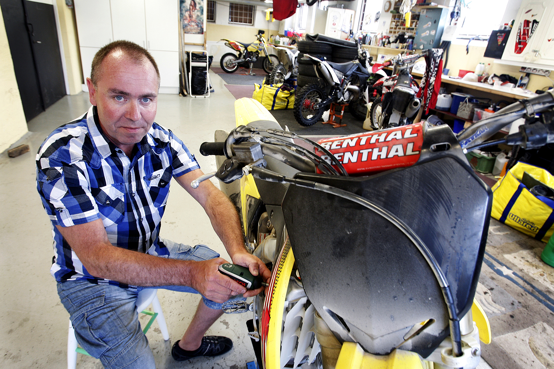 Jonas Wallin sitter invid sin motorcykel