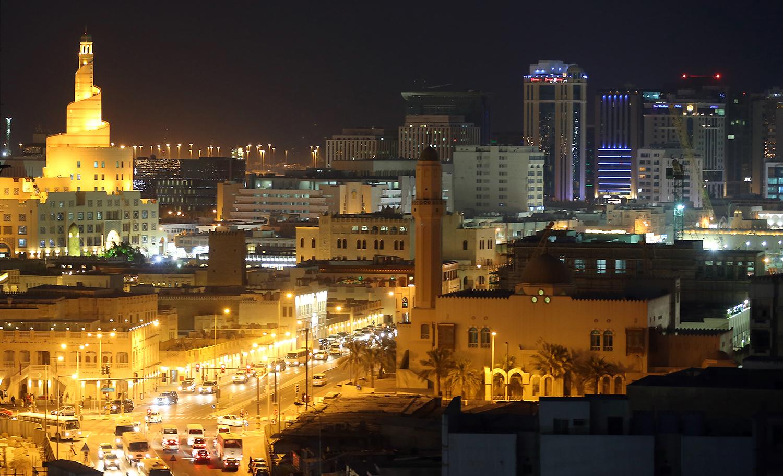 Överblicksbild över en stad om natten