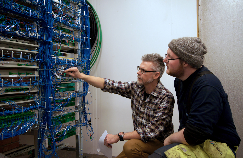 Richard Engm produktionsledare och Daniel Johansson vid ett av de många korskopplingsställ för fiber som nu växer fram i samband med utbyggnaden. Foto: Jan-Erik Johansson