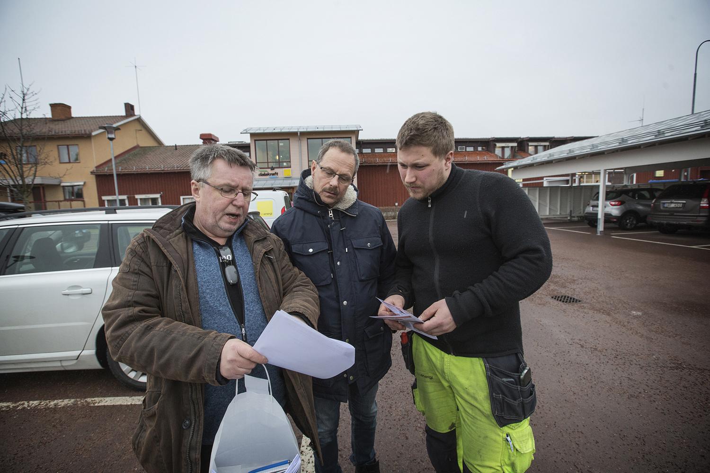 Lars Jonsson från Elektrikerna diskuterar med Thomas Andersson och Jonas Arvidsson vid Dala Energi om elektrikernas avtalskrav för kraftavtalet och arbetsgivarnas krav. foto: Staffan Björklund