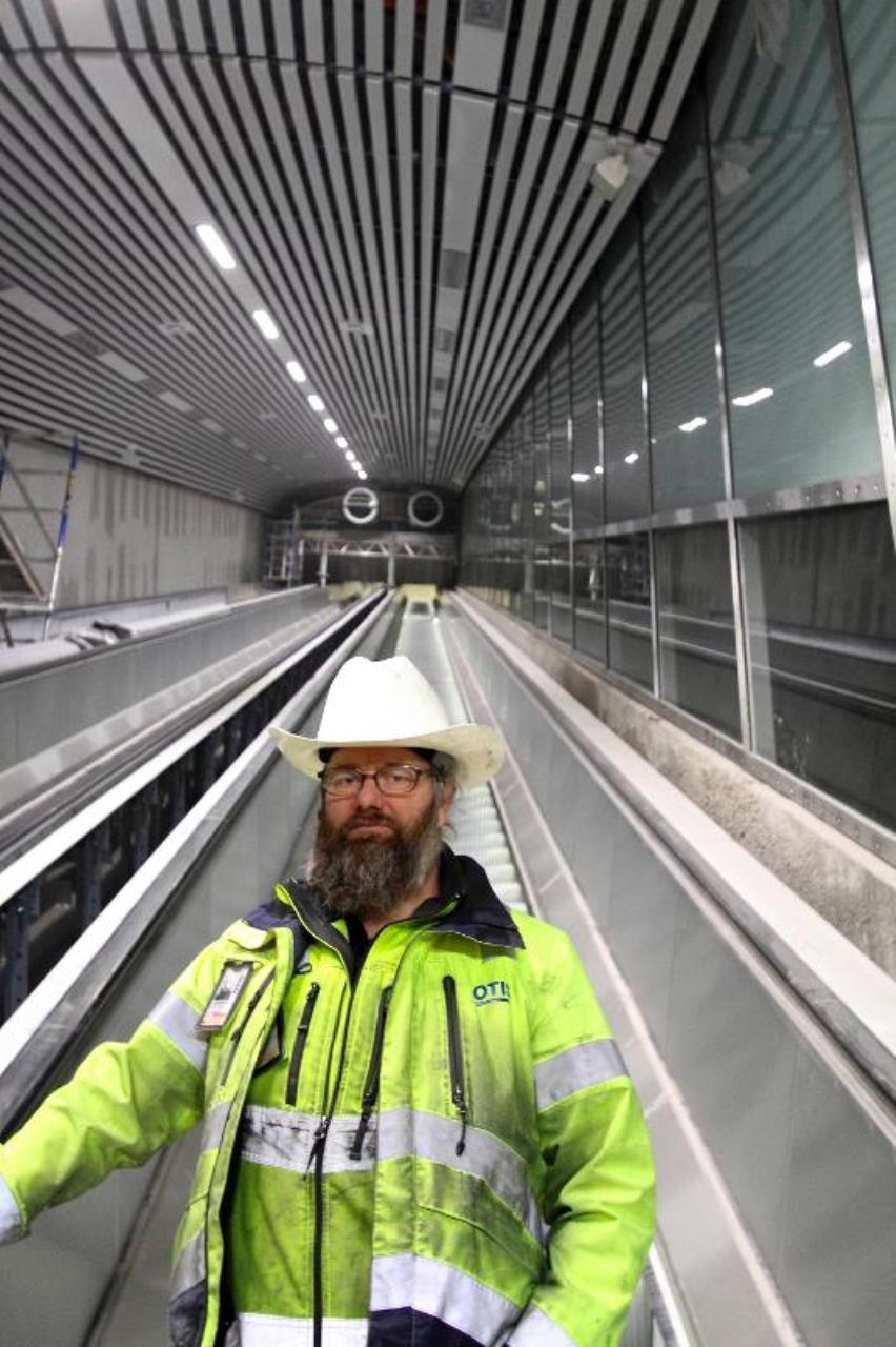 """Pär """"Rekan"""" Abrahamsson i en rulltrappa"""