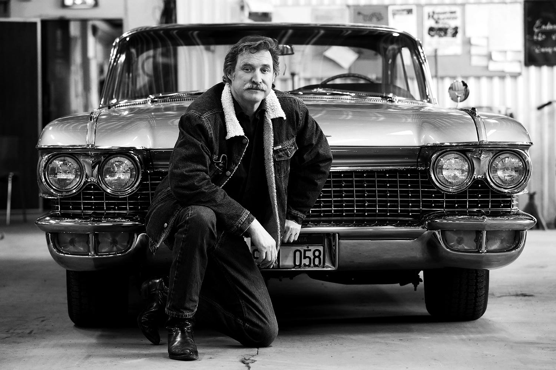 Henrik Söderstad framför sin bil.