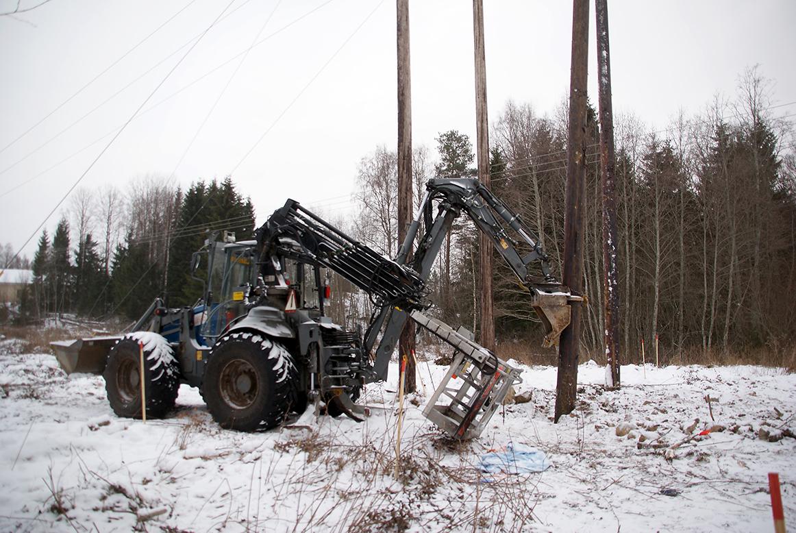 Olycksplatsen. Traktorn har en anordning med en korg som kan lyftas upp till höjden för högspänningsledningen. Montörerna står i korgen, när de arbetar med ledningen. I traktorn sitter en speciell traktormaskinist. Foto: Per Eklund