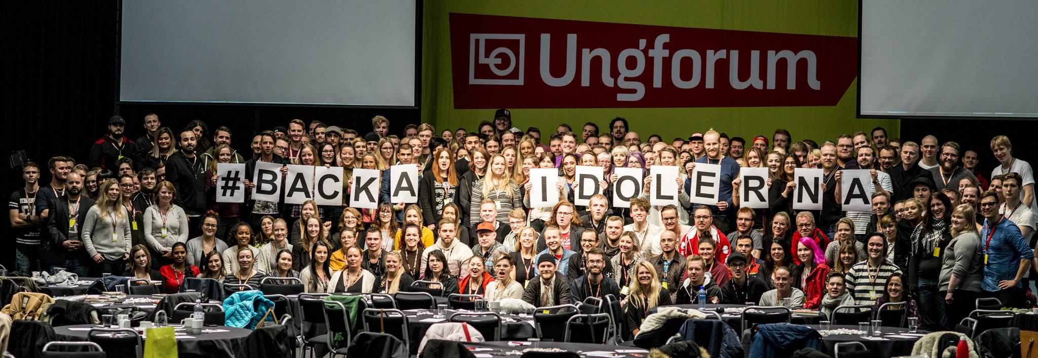 Unga fackligt aktiva från LO:s 14 förbund på Ungforum samlade på bild för att visa att de stödjer en strejk för bättre villkor i Idol. Foto: Linda Håkansson