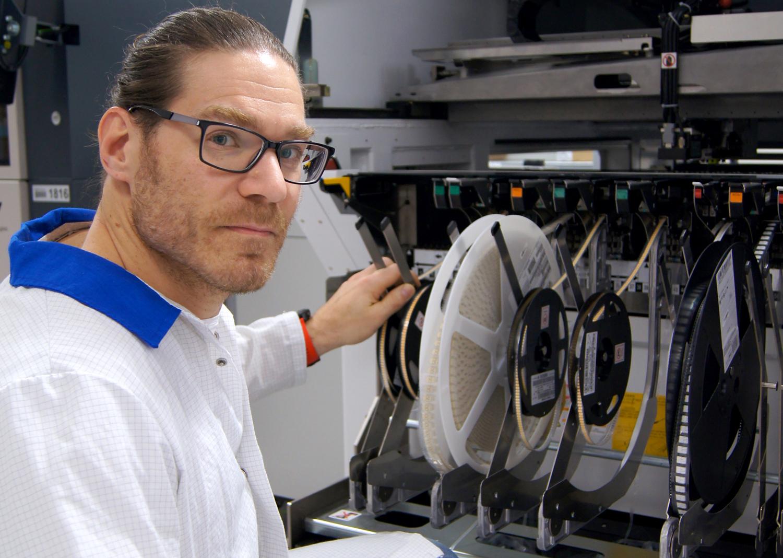 Johan Classon Leenéer, produktionstekniker, kontrollerar LED-chipen på rulle på väg in i maskineriet för att bli föärdiga kort till armaturer av olika sort. Fagerhult både tillverkar pch produktutvecklar numera själva sina LED-kort. Ett sätt att få kompetens inhouse, slippa beroende av underleverantörer och säkerställa kvalitén, menar företaget.