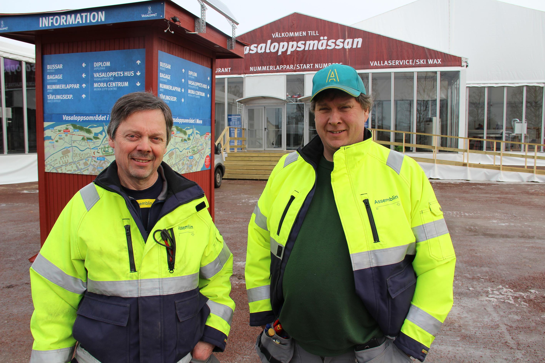 Göran Berglund (t v) och Benny Köpman har arbetat med kabeldragning och inkoppling av elektricitet till Vasaloppets mässtält och målområde.