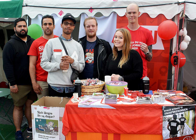 Unga aktiva från Livs, Kommunal och SEF kampanjar tillsammans. Foto: Stefan Johansson