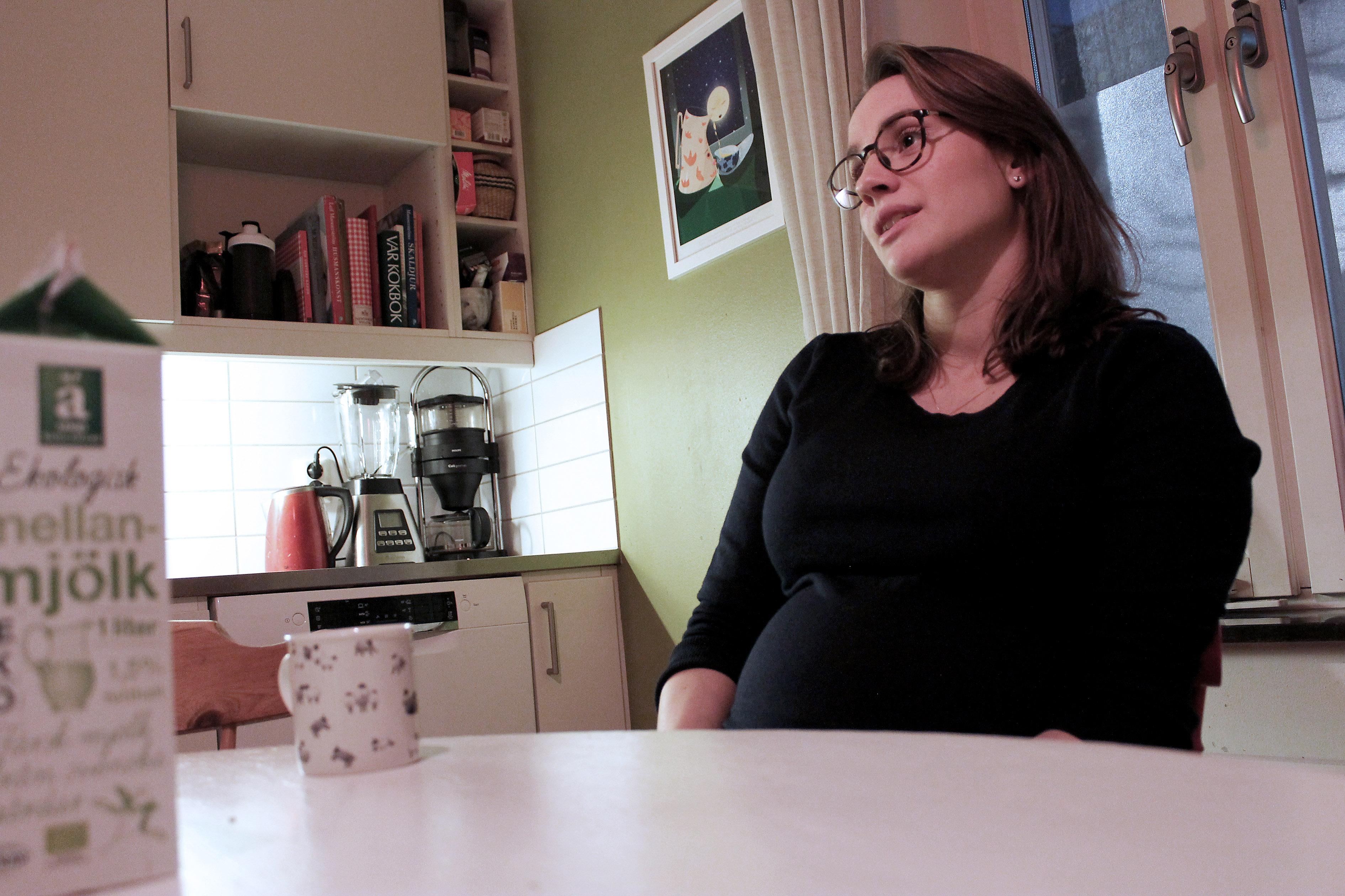 Amalia vid sitt köksbord