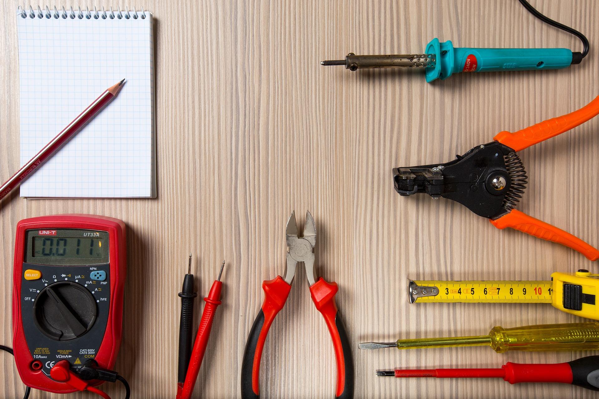 En samling verktyg på ett bord