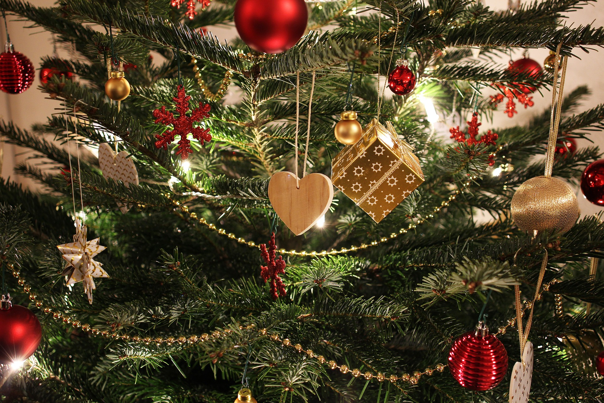 Närbild på en pyntad julgran