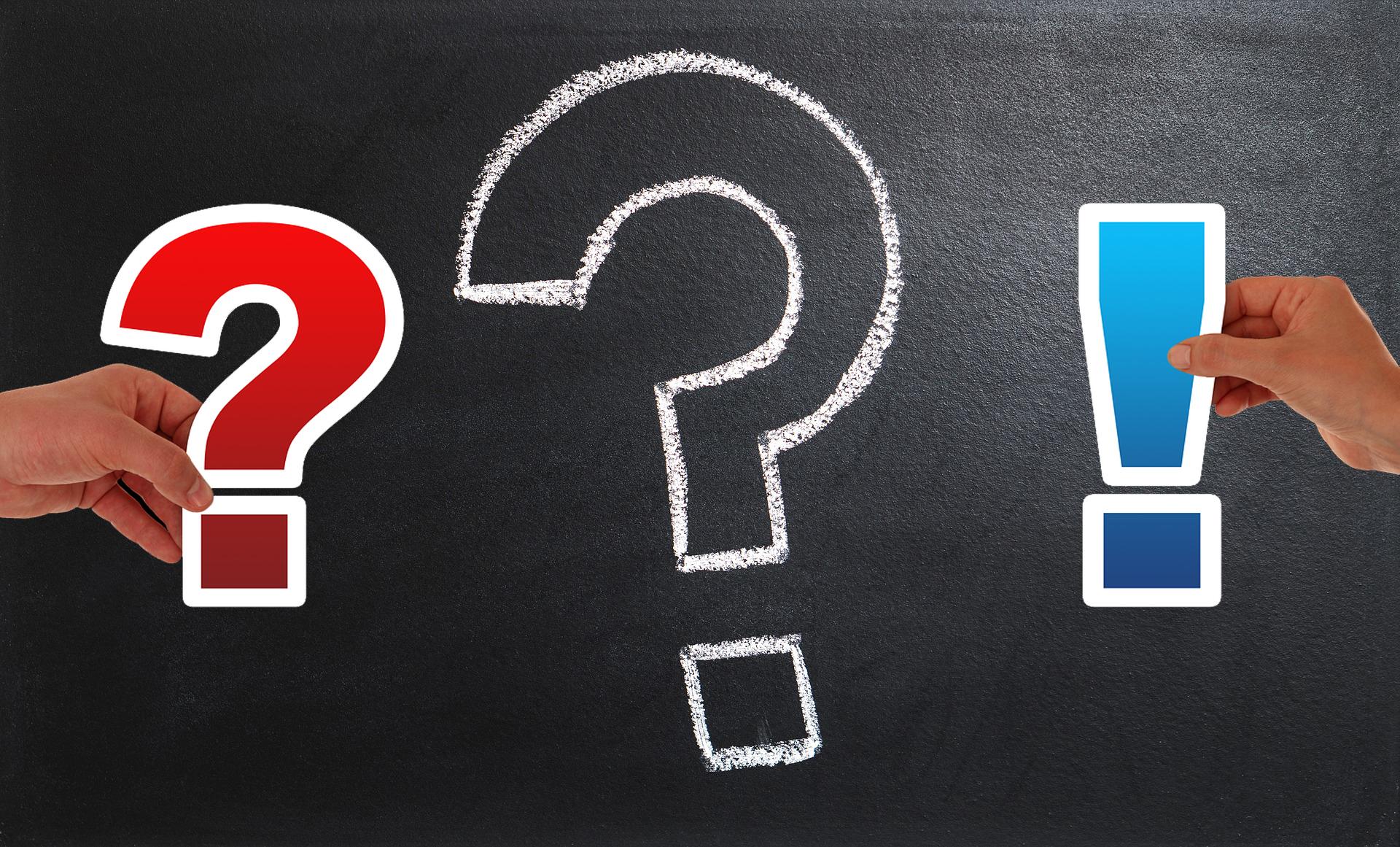 Bilden föreställer en griffeltavla med ett stort, vitt frågetecken ritat på med krita. Bredvid frågetecknet sticker en hand ut från vardera sida av bilden. Den vänstra håller i ett rött frågetecken, den högra ett blått utropstecken.
