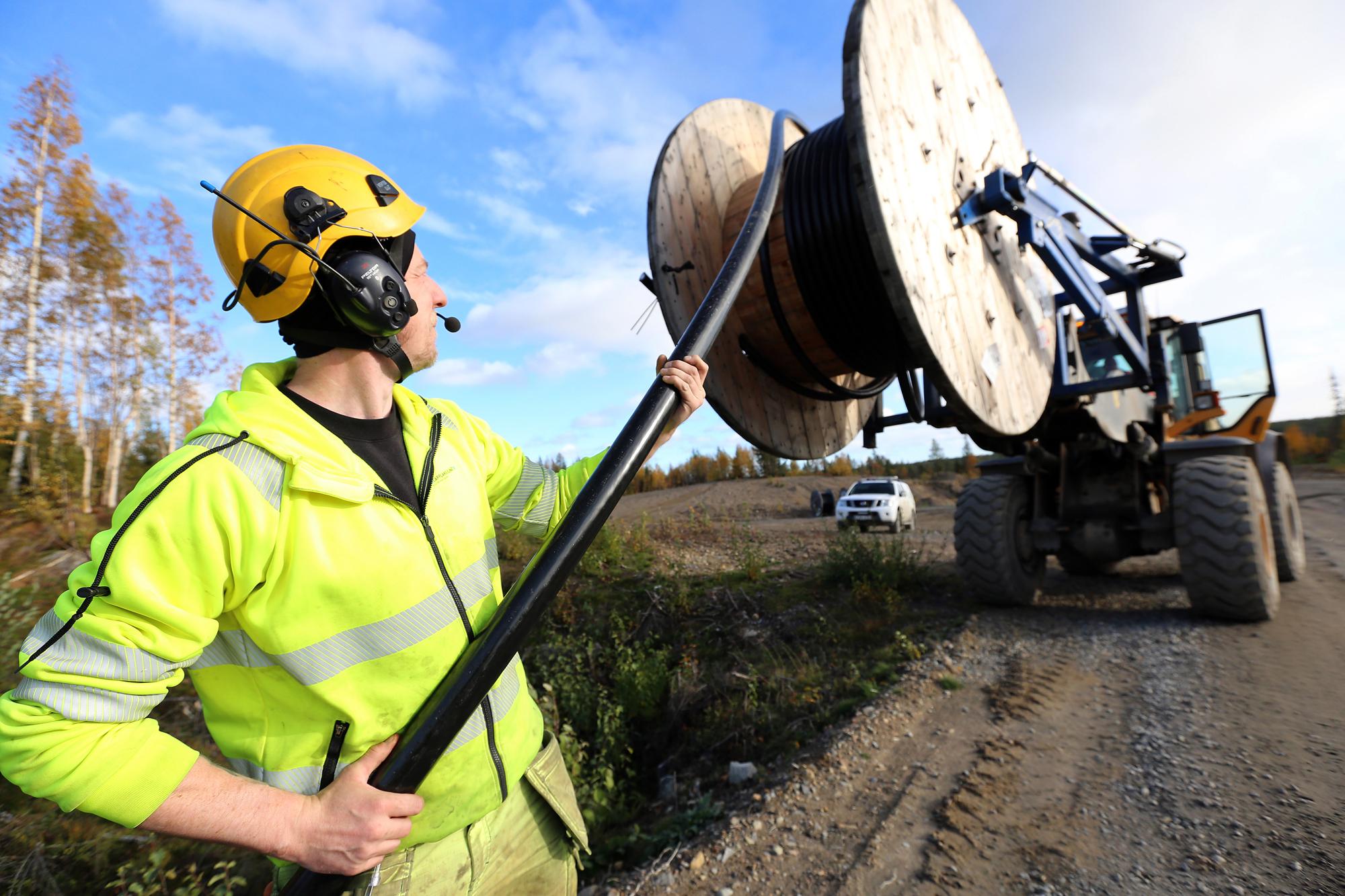 Andreas Röjfors med en kabel som ska gå mellan vindkraftverken och ställverken.