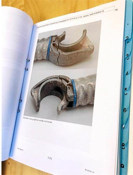 En sida ur utredningen: en bild på ett trasigt fäste