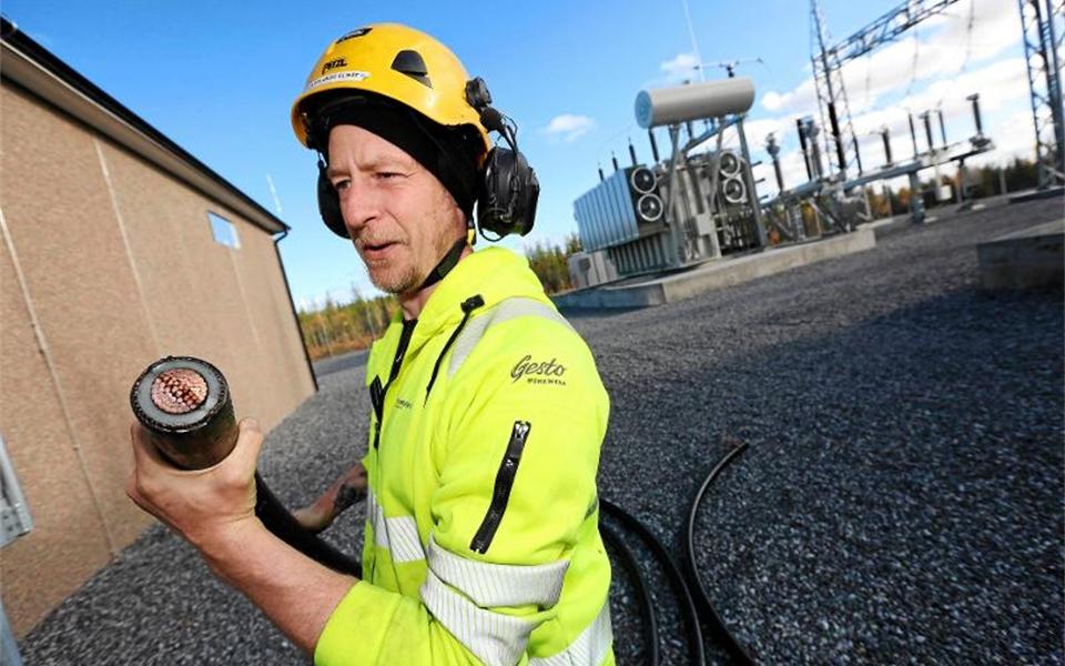 Andreas Röjfors visar kablarna som går in i ställverket