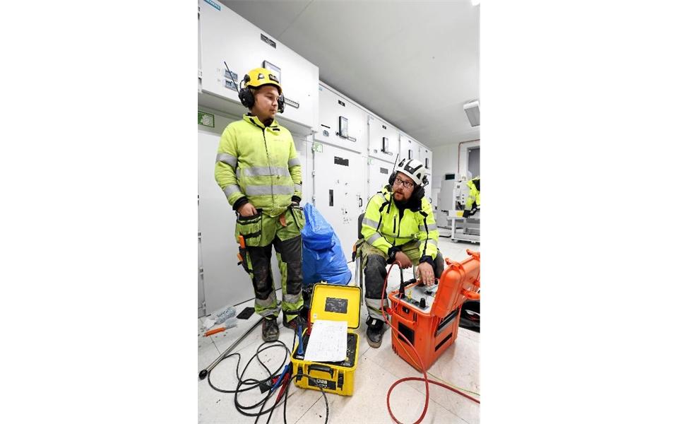 Jonathan Jakobsson och Mikael Mickelsson arbetar med felsökning