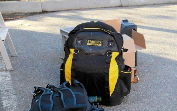 En ryggsäck på marken, med företagets logga på