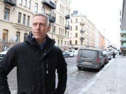 Pontus Boström vid en bilväg i stadsmiljö