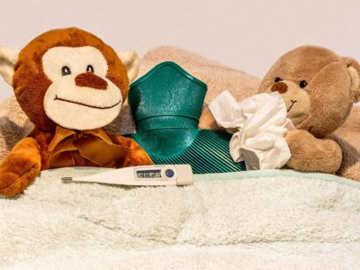 Några mjukdjur som ligger nedbäddade med termometer och näsdukar