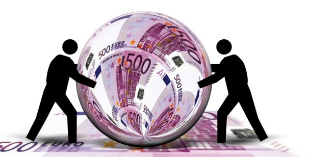 Två tecknade streckgubbar puffar på en kula med euro-sedlar i.