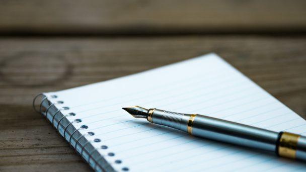 En bläckpenna på ett skrivblock.