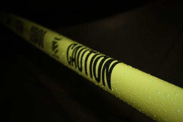 Ett gult avspärrningsband framför en mörk bakgrund