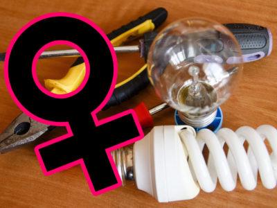 En samling elprylar med ett feministmärke monterat över