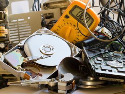 En rörig samling gammal elektronik