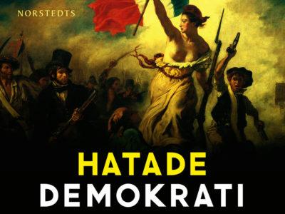 """Omslaget på boken """"Hatade Demokrati"""". EN målning där en kvinna i vitt håller upp en fransk flagga, omgiven av en folksamling."""