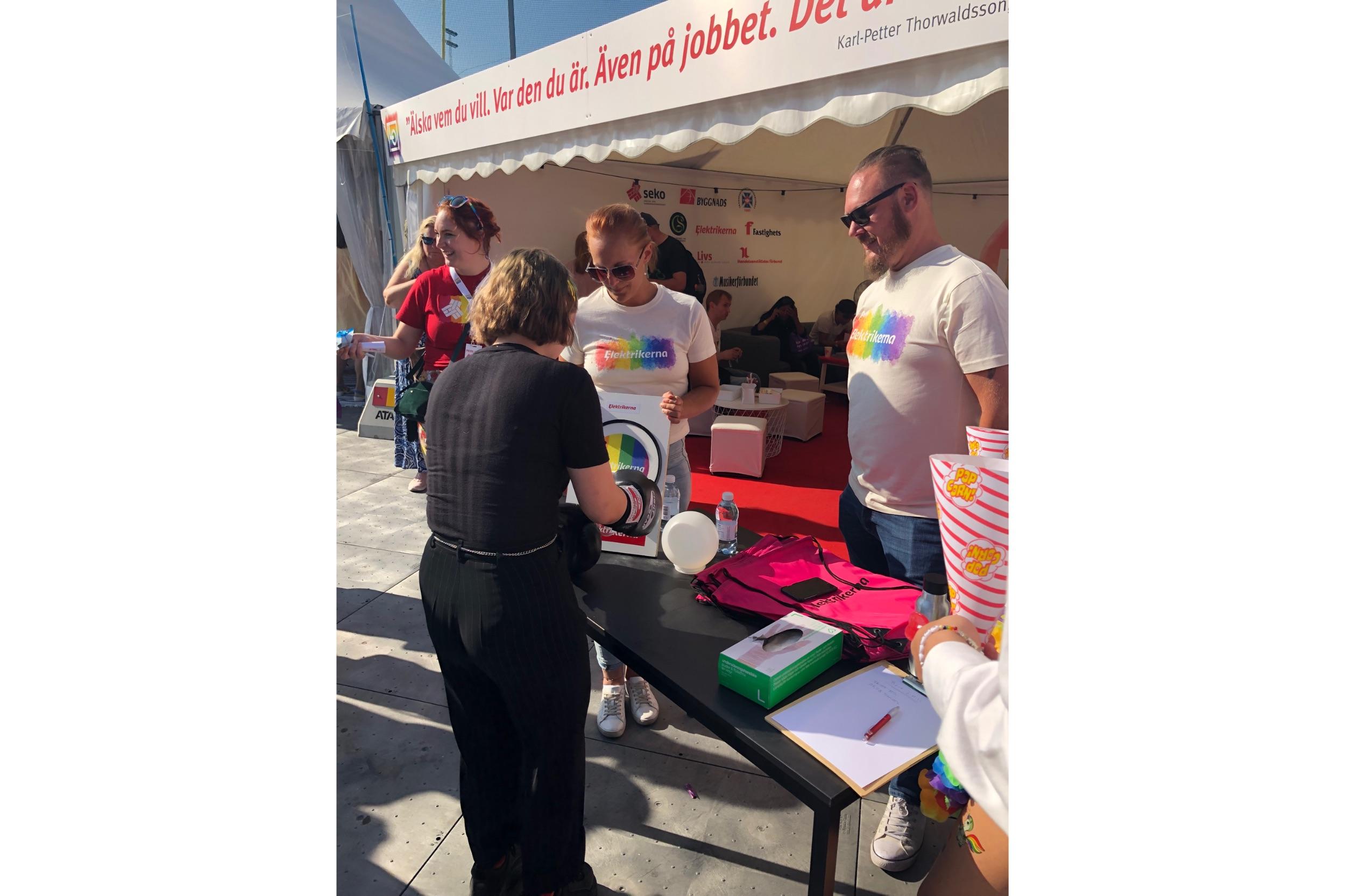 LO:s tält under Pride. VK1:s Daniel Lundin och Louise Olsson står och informerar förbipasserande.