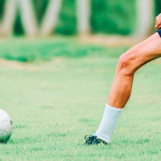 Ett ben som snart ska sparka på en fotboll