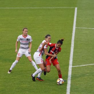 Fotbollsspelare som slåss om bollen under en match