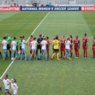 Fotbollslag som tackar av varandra efter en match