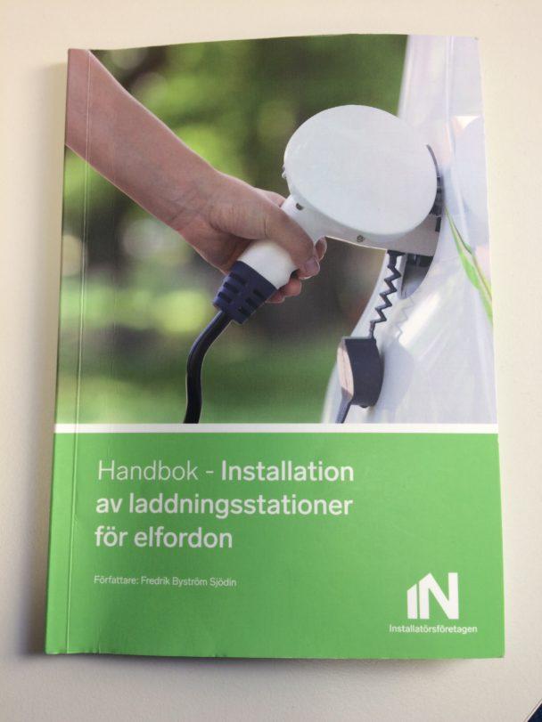 """Framsidan på handboken """"Installation av laddningsstationer för elfordon"""""""