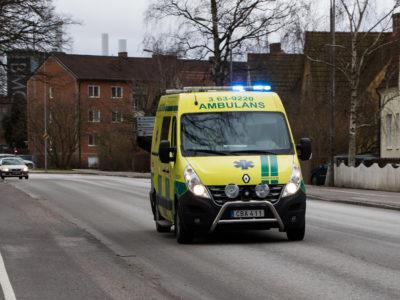 En ambulans som kör längs en väg