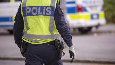 En polis framför en polisbil