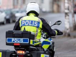En polis på en motorcykel