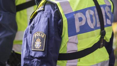 En polis i uniform.