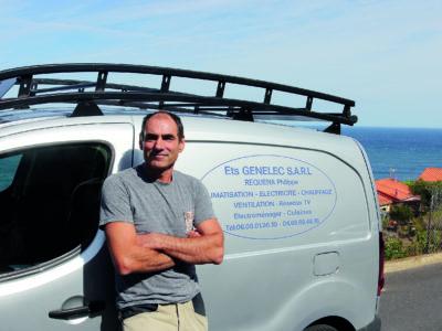 Philippe Requena framför en firmabil.