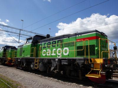 Ett Green Cargo-tåg står stilla på rälsen