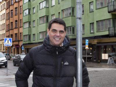 Mikael Pettersson står i täckjacka på en stadsgata.
