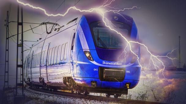 Ett bildmontage där ett av Skånetrafikens blå tåg kör längs en räls med en stor blixt över sig.