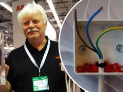 Sören Kling står och håller i produkten och priset. Bilden är monterad bredvid en bild på en dosa med sladdar i