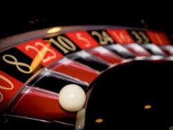 En närbild på en roulette med en vit kula som har stannat på röd 50.