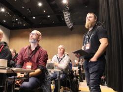 Andras Molnar och Marcus Frej med flera i en mötessal.