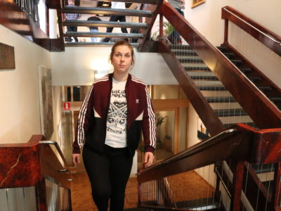 Karolina Dahl står i en trappa.